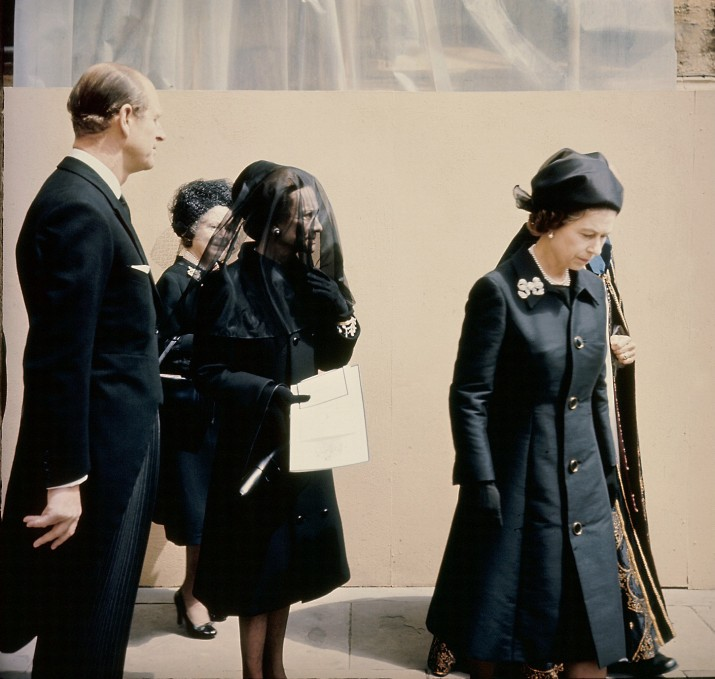 In Windsor in late May or early June 1972, Queen ELIZABETH II of England, the Duchess of WINDSOR, Wallis WARFIELD SIMPSON, the Queen Mother ELIZABETH (hidden) and Prince PHILIP of Greece, Duke of Edinburgh (from right to left) attended the funeral ceremony of the Duke of WINDSOR at SAINT GEORGE'S Chapel.  King EDWARD VIII, who became the Duke of WINDSOR after he abdicated in 1936, lived in France with his wife. He died in Paris on May 28, 1972, at the age of 78. Fin mai ou début juin 1972, à Windsor, la reine ELIZABETH II d'Angleterre, la duchesse de WINDSOR, Wallis WARFIELD SIMPSON, la reine mère ELIZABETH (cachée) et le prince PHILIPPE de Grèce, duc d'Edimbourg (de droite à gauche) assistent aux funérailles du Duc de WINDSOR à la chapelle SAINT-GEORGE. Le roi EDOUARD VIII devenu le duc de WINDSOR suite à son abdication en 1936, vivait en France avec sa femme. Il est décédé à Paris le 28 mai 1972 à l'âge de 78 ans.