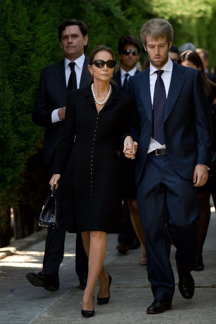 MADRID, SPAIN - SEPTEMBER 30:  Miguel Boyer's wife Isabel Preysler (2,R) leaves Ermita de San Isidro Cemetery on September 30, 2014 in Madrid, Spain. Spanish politician Miguel Boyer and former Minister of Economy, Treasury and Commerce from 1982-1985 died of a pulmonary embolism after being admitted to the Ruber International Hospital on Monday morning.  (Photo by Gonzalo Arroyo Moreno/Getty Images)
