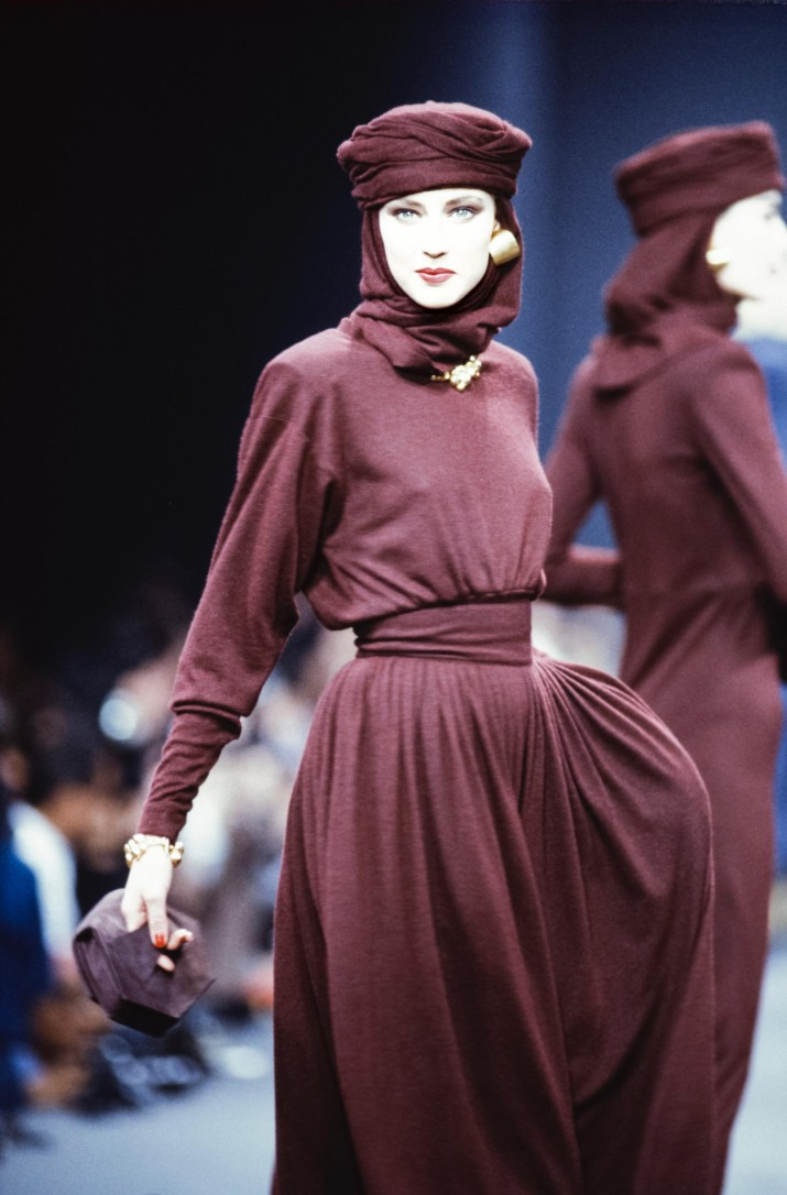 PARIS, FRANCE - MARCH: A model walks the runway at the Sonia Rykiel Ready to Wear Fall/Winter 1989-1990 fashion show during the Paris Fashion Week in March, 1989 in Paris, France. (Photo by Victor VIRGILE/Gamma-Rapho via Getty Images)